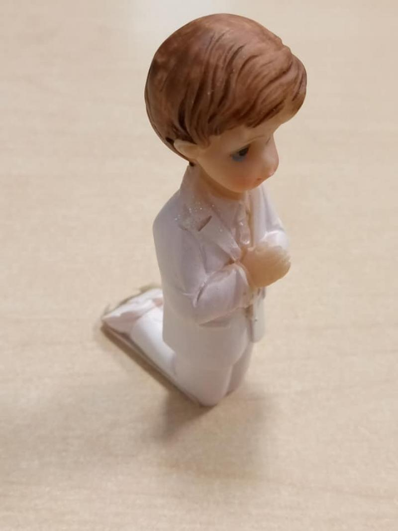 Figúrka chlapec kľačiaci